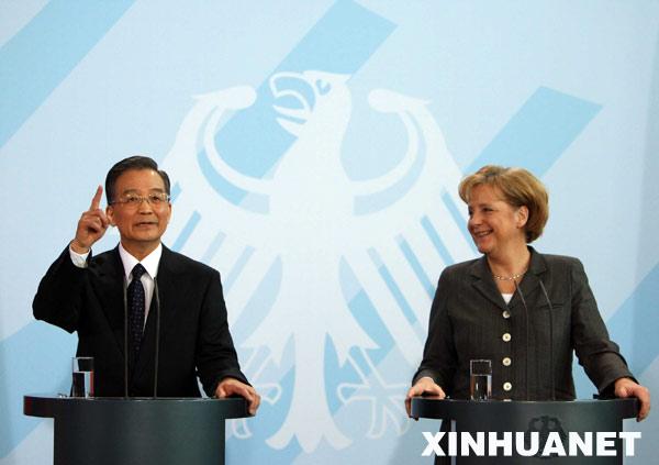 1月29日,中国国务院总理温家宝在柏林德国总理府与德国总理默克尔共同会见记者。新华社记者 兰红光摄