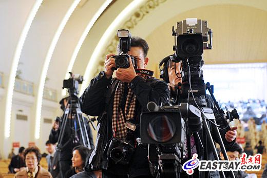 图文:新闻媒体聚焦上海两会