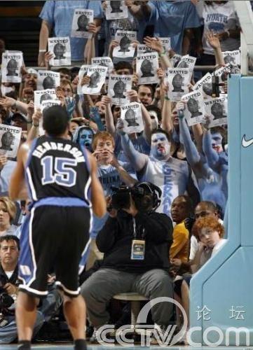 NBA球星罚球时的超囧背景 体育图片