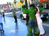 洛杉矶星光大道上,电影中的著名人物和造型角色,会纷纷走上来和游客合影。