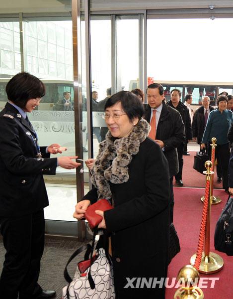 3月2日,出席十一届全国人大二次会议的香港代表团抵达北京。