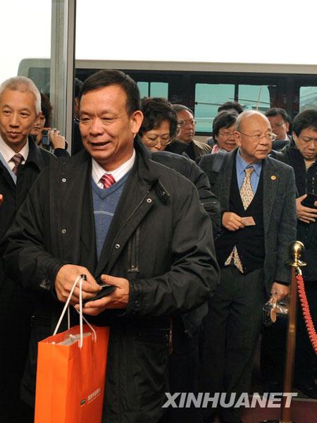 3月2日,来自香港的全国政协委员抵达北京,出席全国政协十一届二次会议。