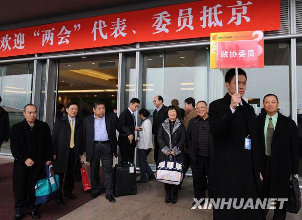 3月2日,来自澳门的全国政协委员抵达北京,出席全国政协十一届二次会议。