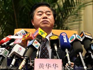 广东省省长黄华华记者会:话筒扎堆 身陷重围[组图]