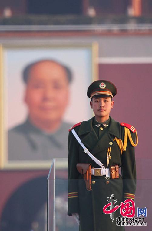 主席、国徽、红旗与我。 中国网/杨佳摄