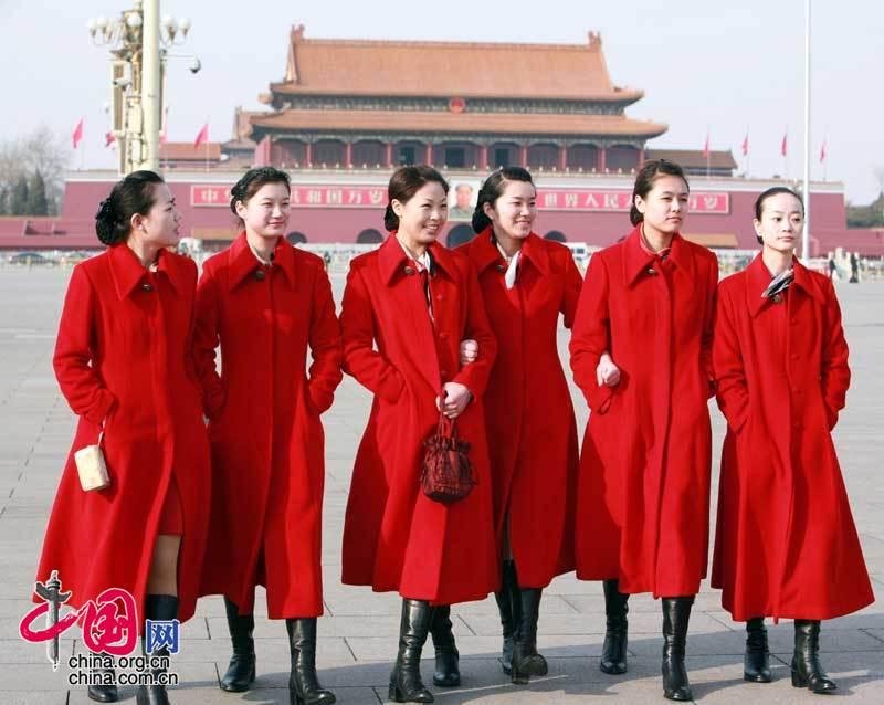 天安门广场上的红色风景 美丽大方的礼仪小姐[组图]