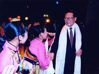 江泽民同志与西藏少儿艺术团的小演员们在一起