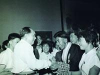 毛泽东主席和著名藏族登山运动员贡布亲切握手