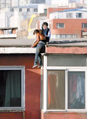 女警察在轻生女跳楼瞬间将其抓住救起[组图]