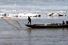 冰鎖烏蘇裏江時是赫哲人下鈴鐺網捕冷水魚的最好季節