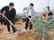 4月12日,內蒙古自治區黨委書記儲波,自治區黨委副書記、自治區主席巴特爾在植樹。