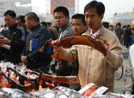 4月11日,市民在啟動儀式現場選購民族旅遊工藝品。