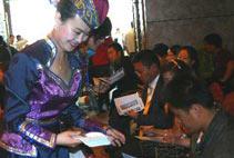 內蒙古希拉穆仁天堂草原旅遊景區工作人員在向旅行社代表發放旅遊消費券。