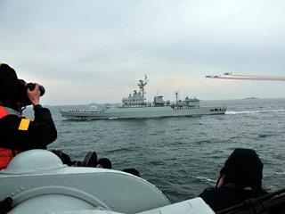 中国海军的洛阳号导弹护卫舰接受检阅