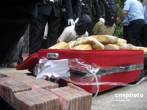 昆明警方破获两起特大贩毒案 缴获4支枪[组图]