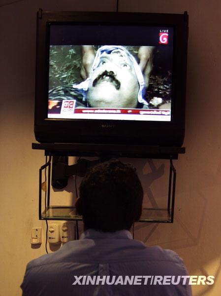 5月19日,一名记者在斯里兰卡科伦坡观看反政府武装泰米尔伊拉姆猛虎解放组织(猛虎组织)领导人普拉巴卡兰被政府军打死的电视新闻。据电视台称,电视画面上的男子为死去的猛虎组织领导人普拉巴卡兰。当日,猛虎组织国际关系负责人赛瓦拉萨·帕特马纳坦发表声明,否认普拉巴卡兰被政府军打死的消息,称普拉巴卡兰安然无恙。