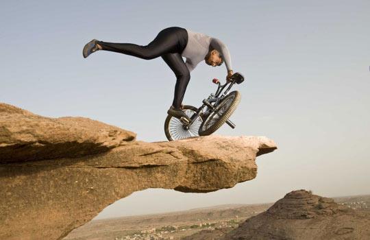 印度奇人悬崖旁用自行车练瑜伽[组图]