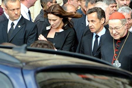 巴黎圣母院前寄哀思 悼念失事客机及遇难者[组图]