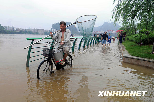 6月10日,柳州市民带着渔网来到柳江亲水平台,准备捕鱼。