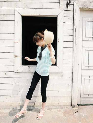 蓝色条纹t恤,搭配黑色七分裤