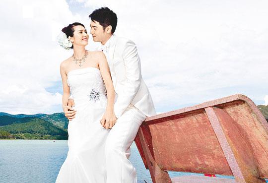 年38岁的香港女星洪欣与内地演员 婚礼现场,洪欣身穿一袭白色露肩图片
