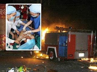 事件 乌鲁木齐/7月6日,乌鲁木齐市北湾街上停放着多辆被烧毁汽车。新华社记者...