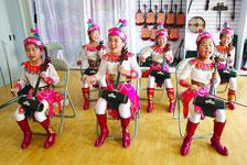 锡伯族学生学习本民族音乐