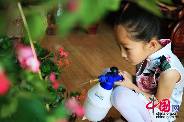 可爱外国小孩浇花