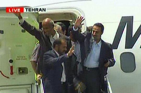 驻伊美军释放的5名伊朗外交官回国[组图]