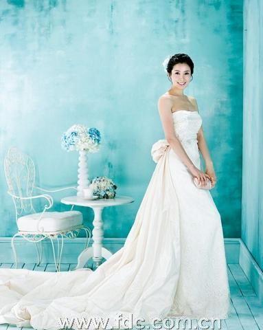 新郎穿婚纱新娘_当新郎见到穿上婚纱的新娘