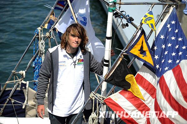 7月16日,美国男孩扎克·森德兰抵达加利福尼亚州的德尔雷伊港。17岁的扎克·森德兰成为独自驾艇环球航海的最年轻的人。