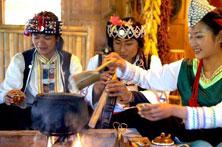 哈尼族姑娘土锅茶待客