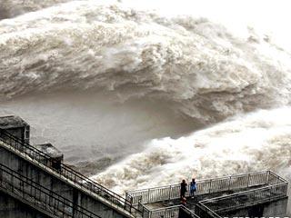 迎接首次洪峰 三峡大坝开启多个闸孔大规模泄洪[组图]