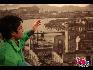 中国留学生担任和平纪念馆的讲解志愿者。 宋跃平 摄影/文