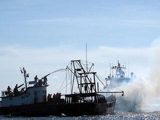 广西一艘渔船起火 渔民获救