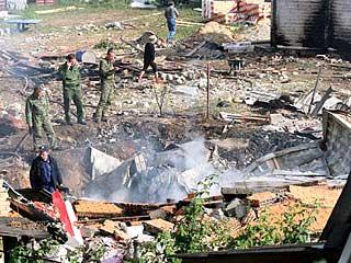 俄军飞行表演队两架苏-27相撞 残骸砸毁民房[组图]