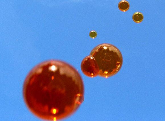 美国发明家研发彩色泡泡 飘15分钟不破[图]
