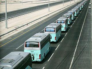 卡塔尔325辆公交车列队行驶破吉尼斯纪录[组图]