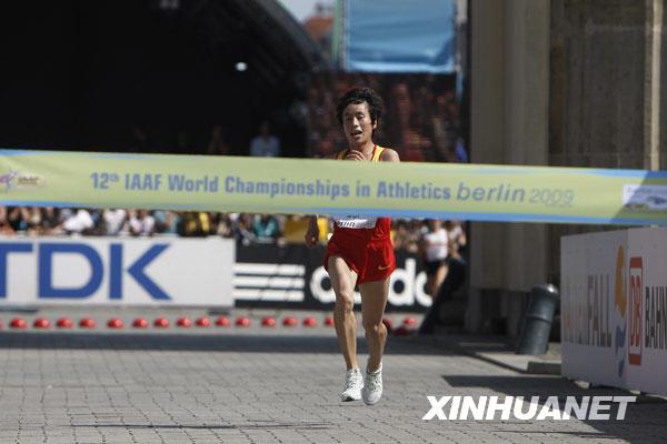 8月23日,中国选手白雪向终点冲刺。当日,在柏林田径世锦赛女子马拉松比赛中,中国选手白雪以2小时25分15秒的成绩夺得金牌,这是中国选手首次在田径世锦赛马拉松比赛中获得金牌。