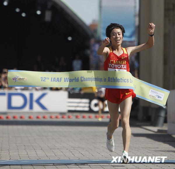 8月23日,中国选手白雪率先冲过终点线。当日,在柏林田径世锦赛女子马拉松比赛中,中国选手白雪以2小时25分15秒的成绩夺得金牌,这是中国选手首次在田径世锦赛马拉松比赛中获得金牌。