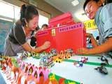 小学生利用废旧玩具再现国庆大阅兵场面[组图]