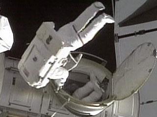 """""""发现""""号宇航员进行第一次太空行走"""