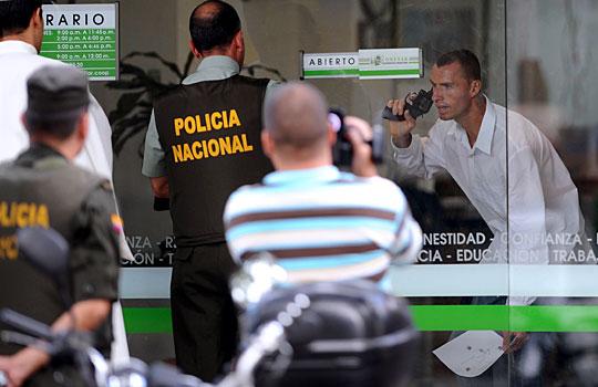 哥伦比亚警方成功挫败银行抢劫案[组图]