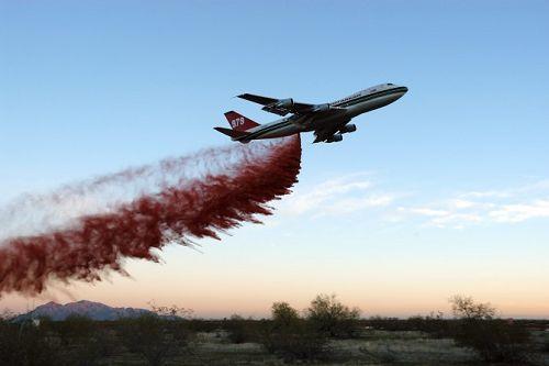 美国加州派出世界最大的消防飞机灭火[组图]