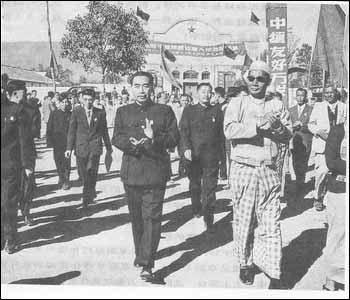 1956年12月16日,周恩来总理陪同缅甸总理吴巴瑞参加中缅边民大联欢。