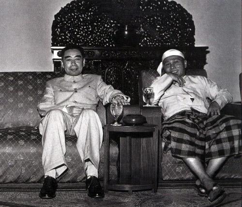 1954年06月周恩来总理访问缅甸,和吴努总理在一起。
