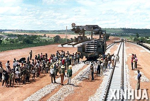 1975年,中国在非洲大陆上最大的援助项目坦赞铁路正式通车。这是坦赞铁路卡沙玛地段铺轨的资料照片