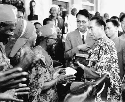 1965年6月,周恩来总理访问坦桑尼亚时与当地欢迎者互赠礼品。
