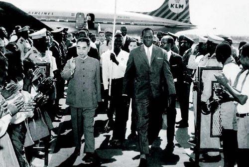 1963年12月至1964年2月,周恩来总理和陈毅副总理兼外长先后访问了亚非十三国。此行是中国同亚非国家发展友好关系的重要里程碑。图为1964年1月周恩来访问马里时,受到凯塔总统的欢迎。