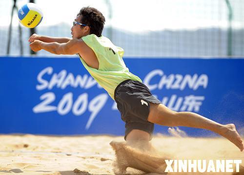 当日,在山东青岛举行的第十一届全国运动会沙滩排球小组赛中,广东队
